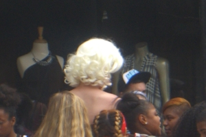 Marilyn Monroe impersonator getting mobbed with admirers for a photo #2